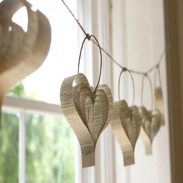 177691 decoração coração com jornal 600x600 Decoração Com Corações