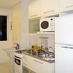 181288 moveis brancos dão a sensação de amplitude 150x150 Fotos De Cozinhas Planejadas Pequenas