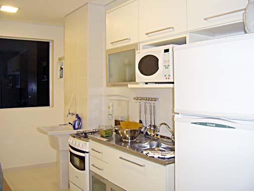 181288 moveis brancos dão a sensação de amplitude Fotos De Cozinhas Planejadas Pequenas