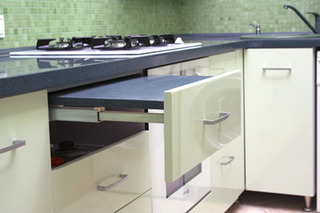 181357 a mesa embutida dentro da gaveta n%C3%A3o ocupa espa%C3%A7o Cozinhas Planejadas para Apartamentos Pequenos