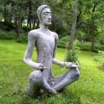 Uma estátua de cimento é sempre bem-vinda. (Foto: Divulgação)