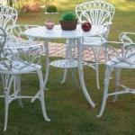 Mesas e cadeiras também enfeitam o jardim. (Foto: Divulgação)