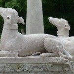 Esculturas de cachorro. (Foto: Divulgação)