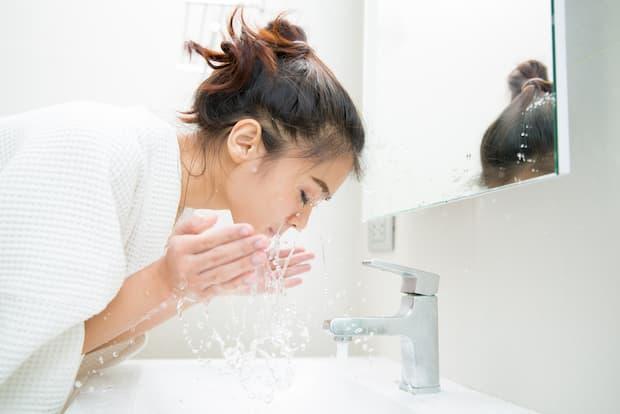 lavar a pele do rosto