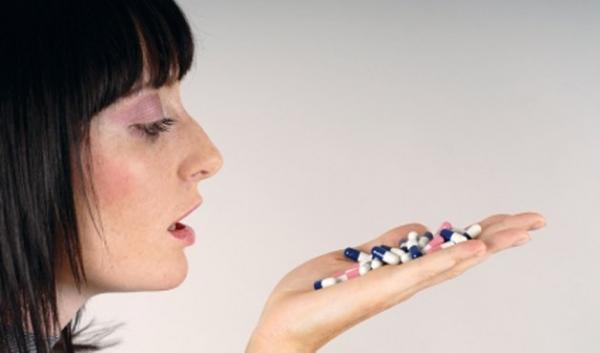 Mão cheia de medicamentos