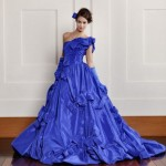 Laços e fitas fazem a composição do vestido azul