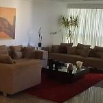 Quadros combinados com os móveis e cores da paredes podem também deixar o ambiente elegante. (Foto: Divulgação)