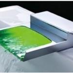torneira com sensor e água colorida