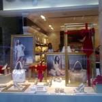 Decoração de Natal de vitrine de loja de sapatos e acessórios. (Foto: Divulgação)