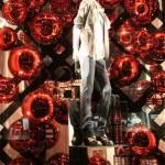 Decoração com a cor vermelha de vitrine de Natal. (Foto: Divulgação)