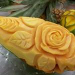 escultura feita em fruta