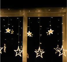Estrelas iluminadas também são uma ótima opção para decorar a sacada. (Imagem: Divulgação)