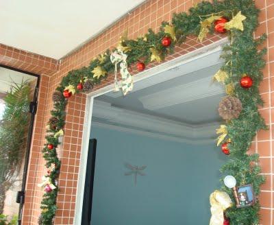 Reaproveite enfeites antigos e crie um novo para enfeitar a sacada neste Natal (Imagem: Divulgação)