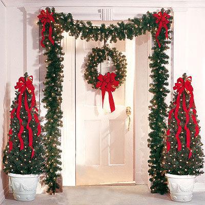 A decoração com guirlandas fica um charmena porta de entrada da casa (Imagem: Divulgação)