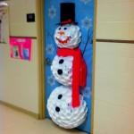 Porta da sala de aula decorada com boneco de neve. (Foto: Divulgação)