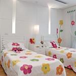 O branco pode ser uma ótima alternativa para a decoração do quarto de bebê feminino. (Foto: Divulgação)