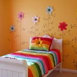 A arte na parede deixa esse quarto infantil feminino diferenciado. (Foto: Divulgação)
