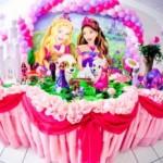 As imagens da Barbie podem ser coladas no isopor de pois fixadas na parede do salão (Foto: Divulgação)