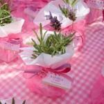 A decoração da mesa dos convidados deve acompanhar a cor do tema (Foto: Divulgação)