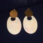 Brincos estilo madeira é bonito e encaixa com qualquer modelo de roupas. (Foto: Divulgação)