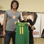 Jogadore de basquete, Verejão presenteou Justin. Foto: Felipe Panfili/ AgNews