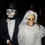 Casal de esqueletos é uma fantasia fácil de ser feita. (Foto: Divulgação)