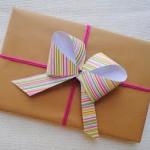 Embalagem de presente de Natal com papel simples e laço colorido. (Foto: Divulgação)