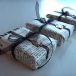 Embalagem de Natal charmosa feita com jornal. (Foto: Divulgação)
