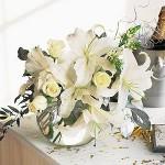 Flores brancas deixam a decoração delicada. (Foto: Divulgação)