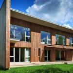 Geometria austera tem a madeira como revestimento da fachada