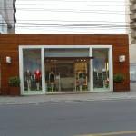 Lojas e comercios também estão usando a madeira nas fachadas