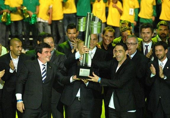 Corintianos recebem a taça de campeão brasileiro de 2011 (Foto/Divulgação)