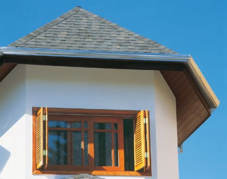 As janelas de madeira inovam o visual da casa. (Foto: Casa Abril)