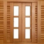 O acabamento cuidadoso de uma janela de madeira.
