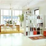 As estantes podem assumir o papel de divisória entre os cômodos.