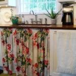 O floral também é uma aposta das cortinas de pia.