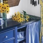 Uma delicada cortina de pia azul.