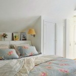 Colcha com estampa floral vestindo a cama romântica.