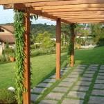 Paisagismo e madeira combinam perfeitamente na área externa