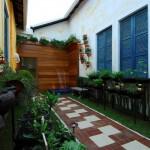 Jardim decorado com decks de madeira