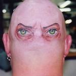 Tatuagem de olhos na parte de trás da cabeça (Foto:Divulgação)