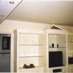 Angulosa, esta estante em gesso com prateleiras de vidro é bela e prática