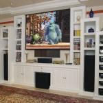 Estante para televisão feita em gesso com compartimentos para CDs, DVDs, além de espaço para peças decorativas