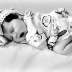 Bebê dormindo em preto e branco (Foto:Divulgação)