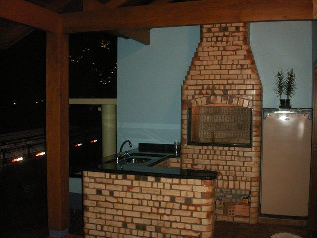 Revestimento que imita tijolos de barro, um ar antigo e bonito