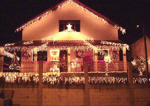 Casa decorada com luzes brancas