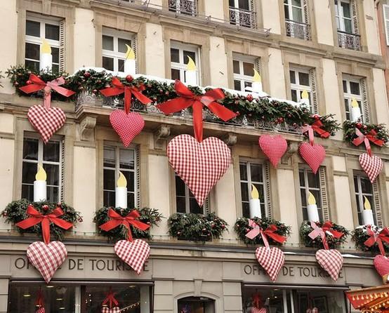 Decoração de Natal com corações coloridos
