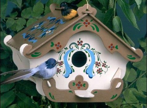 A casa de passarinho é um elemento para decorar jardim.