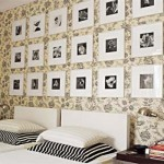 Uma composição com quadros e papel de parede como fundo.