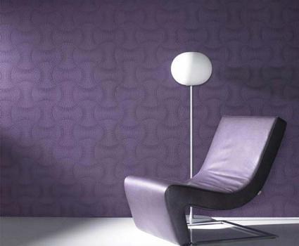 Papel de parede roxo deixa o ambiente mais moderno.